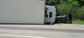 Acidente entre caminhonete e caminhão deixa um morto na MG-454